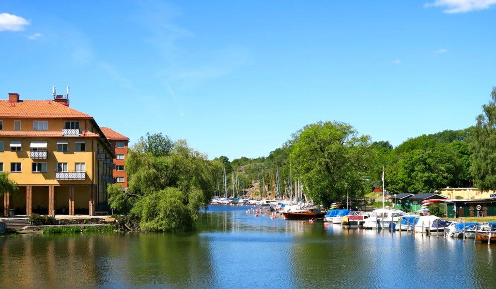 FRån lÅngholmsbron syns Reimersholme till vänster och Långholmen till höger.