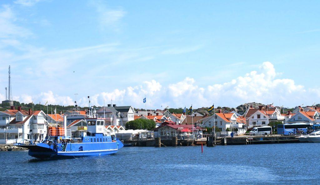Färjan Lasse Maja lämnar Koön på fastlandet för att ta sig till Marstrand.