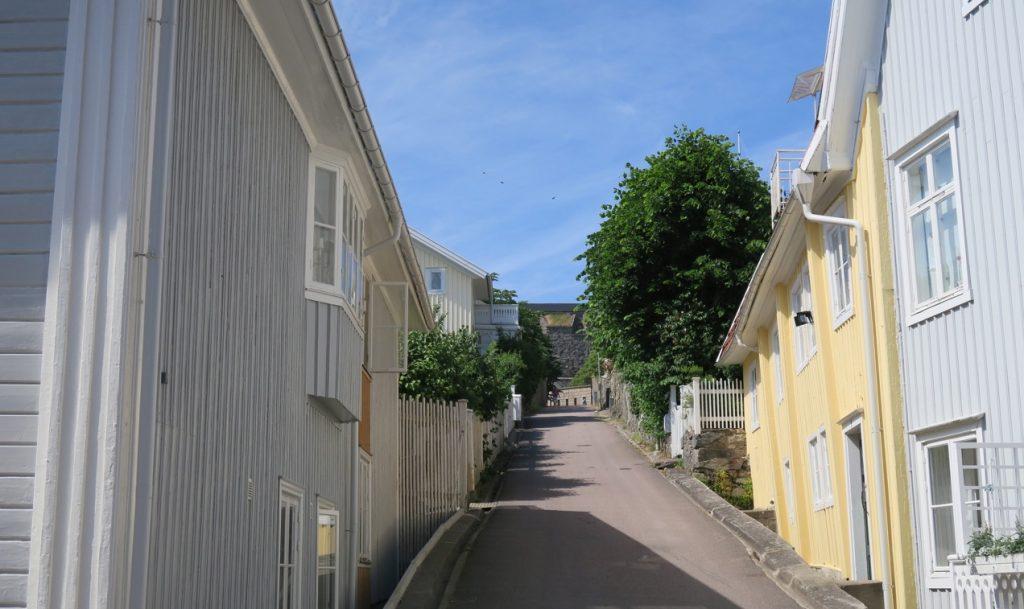 Gemom marstrand och tvärs över ön löper fina små gator kantade av vackra trähus.