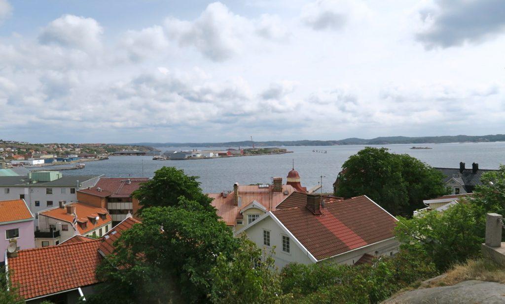 Vy ut över Skagerack och lysekil från höjden där kyrka är belägen.