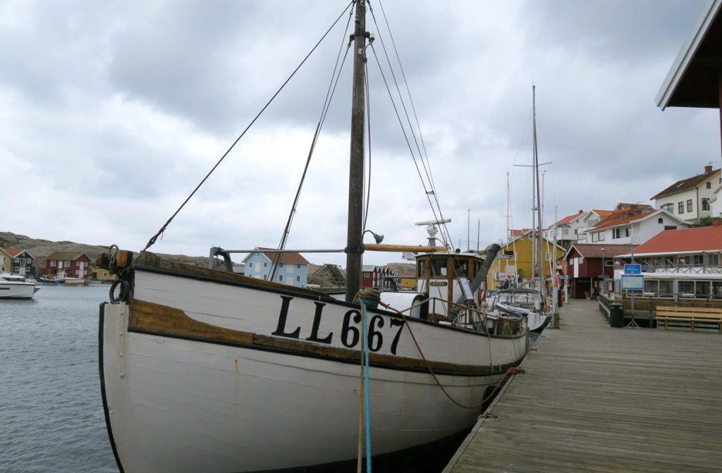 Den långa träbryggan längs vattnet i Smögen, Smögenbryggan är 600 m lång. meter lång