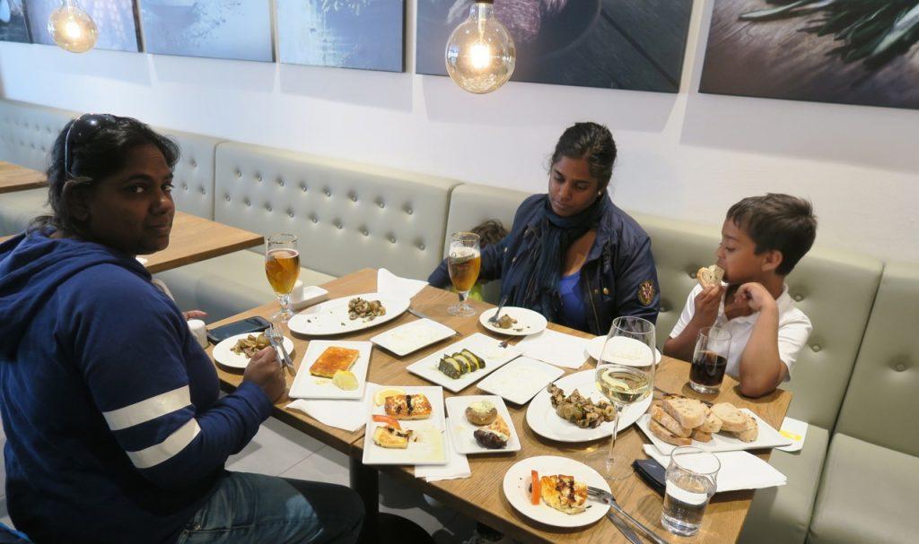 Gott och blandat med diverse mezerätter på restaurang i Uppsala