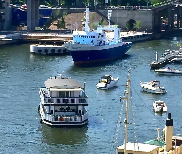 Parkettplats på balkongen för att se vad som pågår i kanalen. Hammarbykanalen