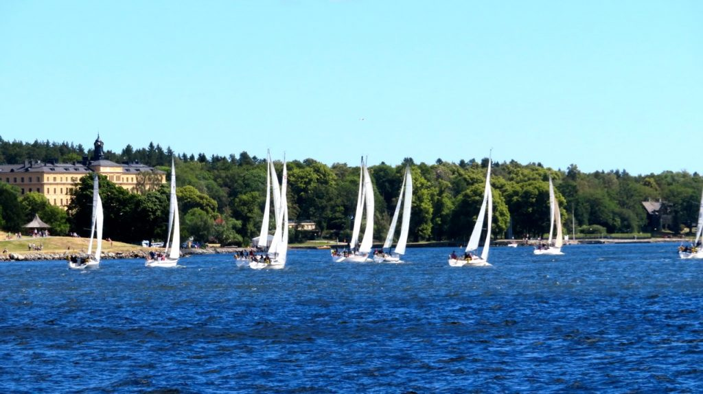 Action vid starten av havskappseglingstävlingen Gotland runt.