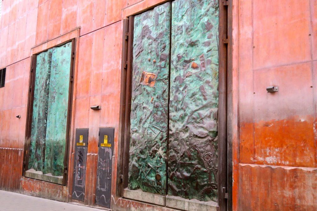 Sprängportarna är ett konstverk i brons som finns på Östgötagatan 14 i Stockhol