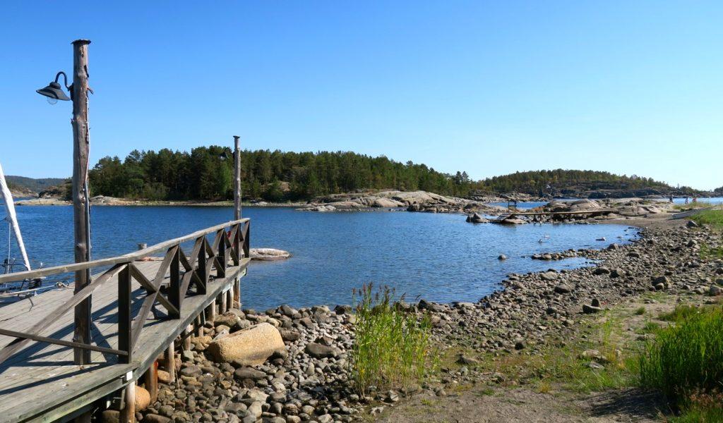 Klippor och sten i olika storlekar finns i fiskeläget Bönhamn på Höga kusten.
