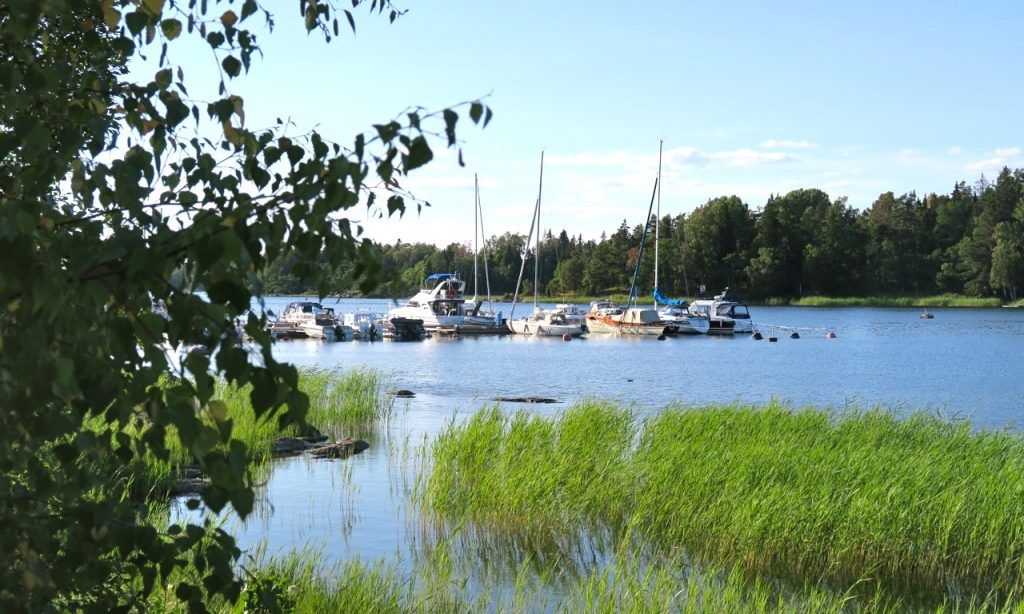 Inre hamnen/småbåtshamnen i Grisslehamn ligger väl skyddad i Orneviken