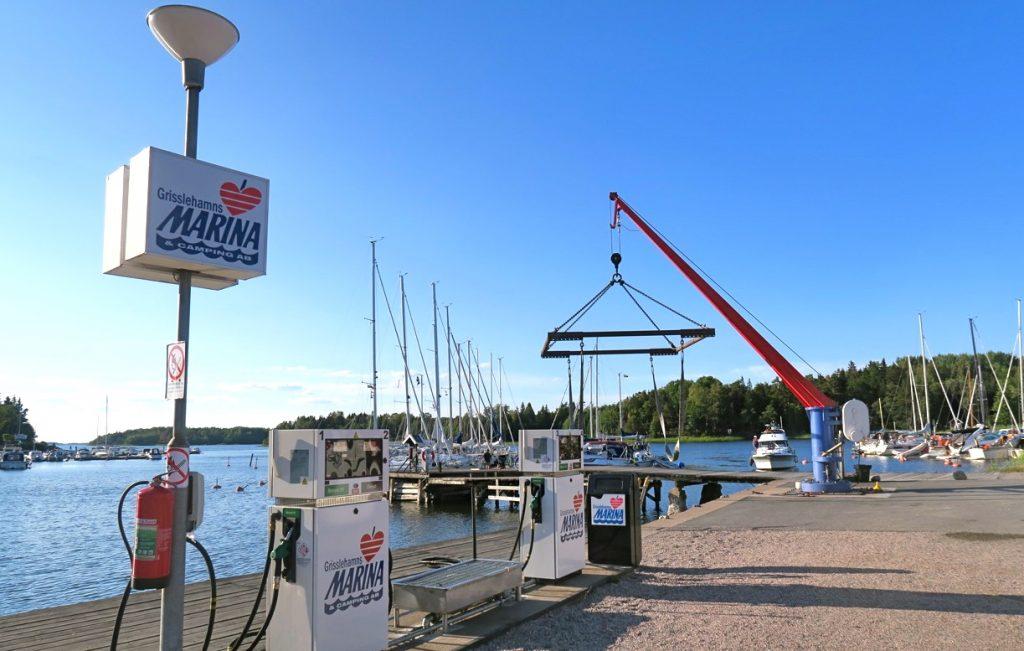 Längs hamnområdet, här inre hamnen, finns en doft av båtar och bensin som blandas med tång och fisk