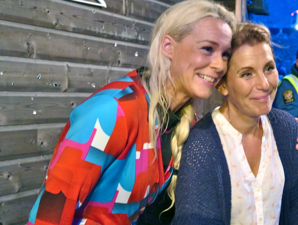 Helen Sjöholm och Malena Eenman har roligt tillsammans på Dalhalla