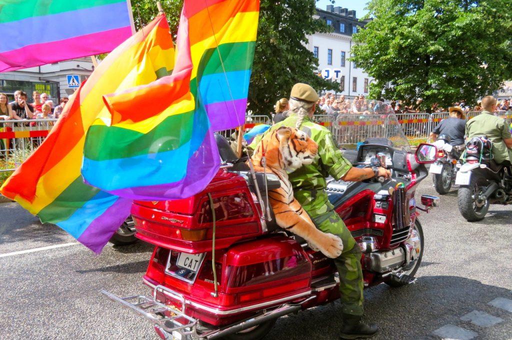 Prideparaden inleds med ett antal motorcyklar.
