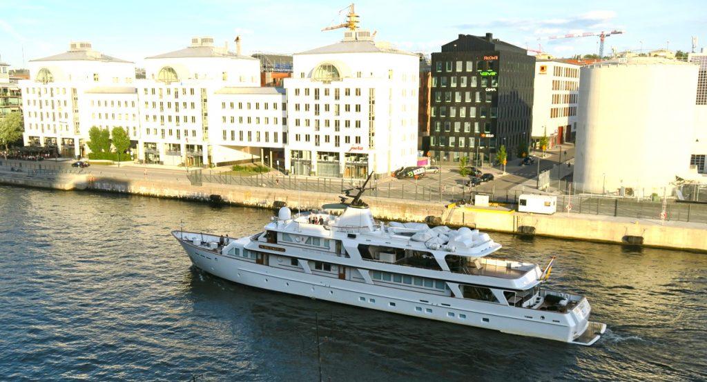 Augusti innebär också att det är fortsatt många båtar på väg in och ur Hammarbyslussen