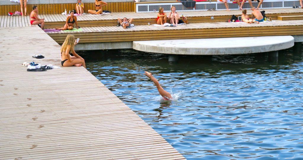 En lektion i dykning vid Fredriksdalsbryggan. Snygg stilstudie.