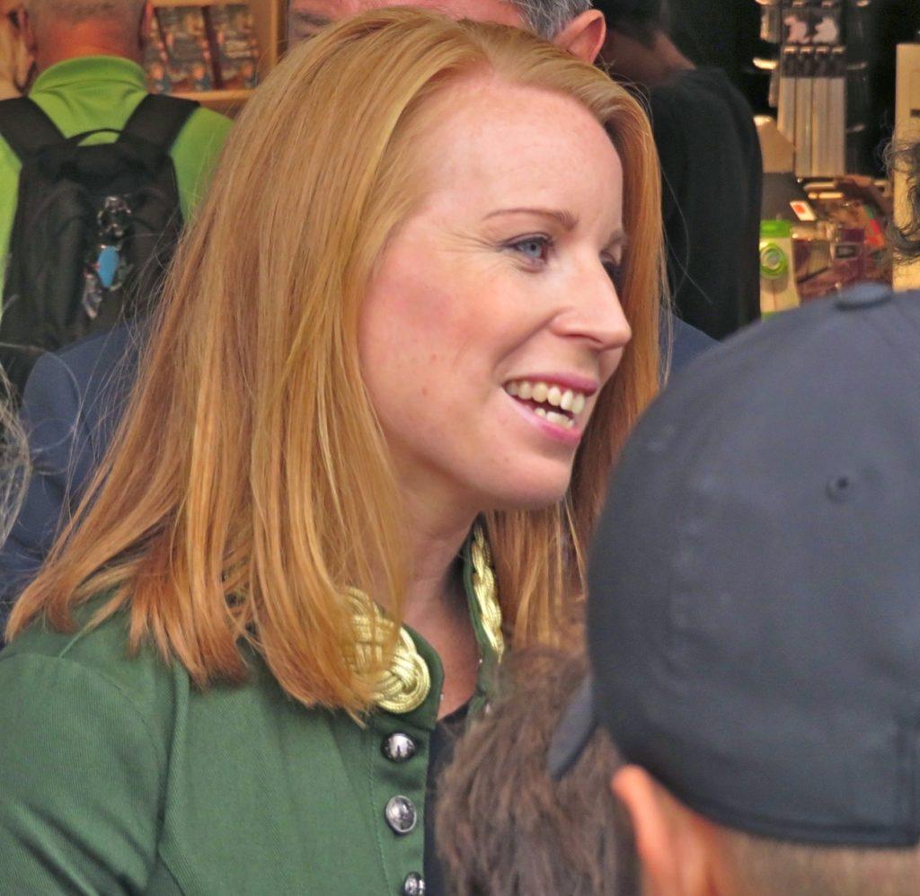 Mitt i detta vimmel på stan fanns Centerpartiets ordförande Annie Lööf.