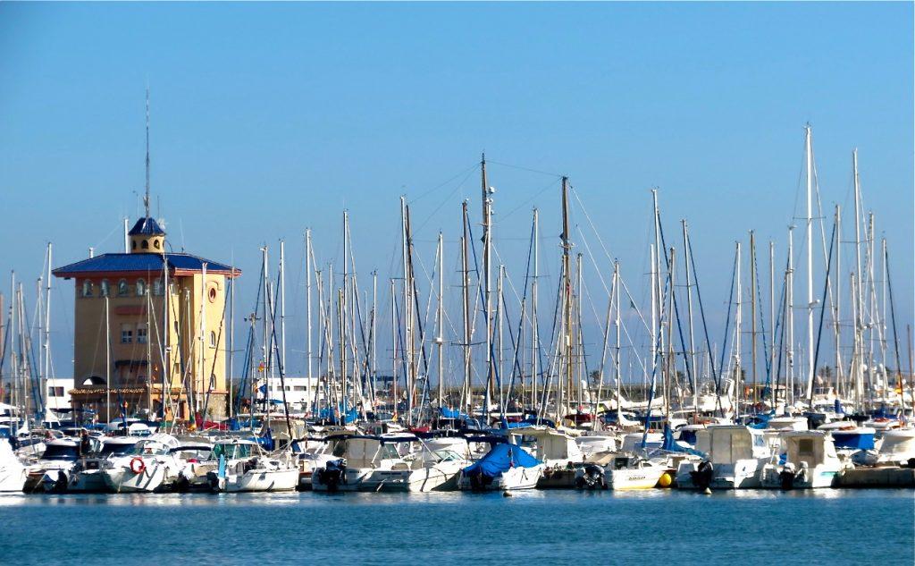 Dåligt med aktiviteter bland båtarna i Torreviejas småbåtshamn.