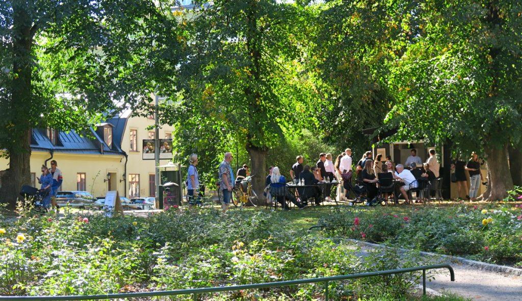 Söders uteliv blomstrar en vacker sommardag. Här kioskrestaurangen SMÖR på Söder.