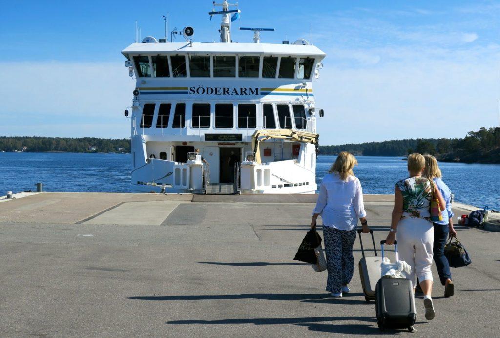 båten Söderarm ska ta oss från bryggan i Stavsnäs och ut till Sandhamn.