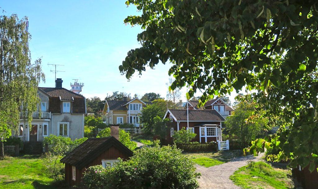 Vi strosar långsamt genom vackra Sandhamn.