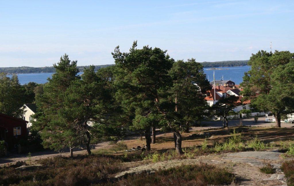 Uppe på lotsberget, vid kyrkan, startade vi vår vandring runt Sandön.