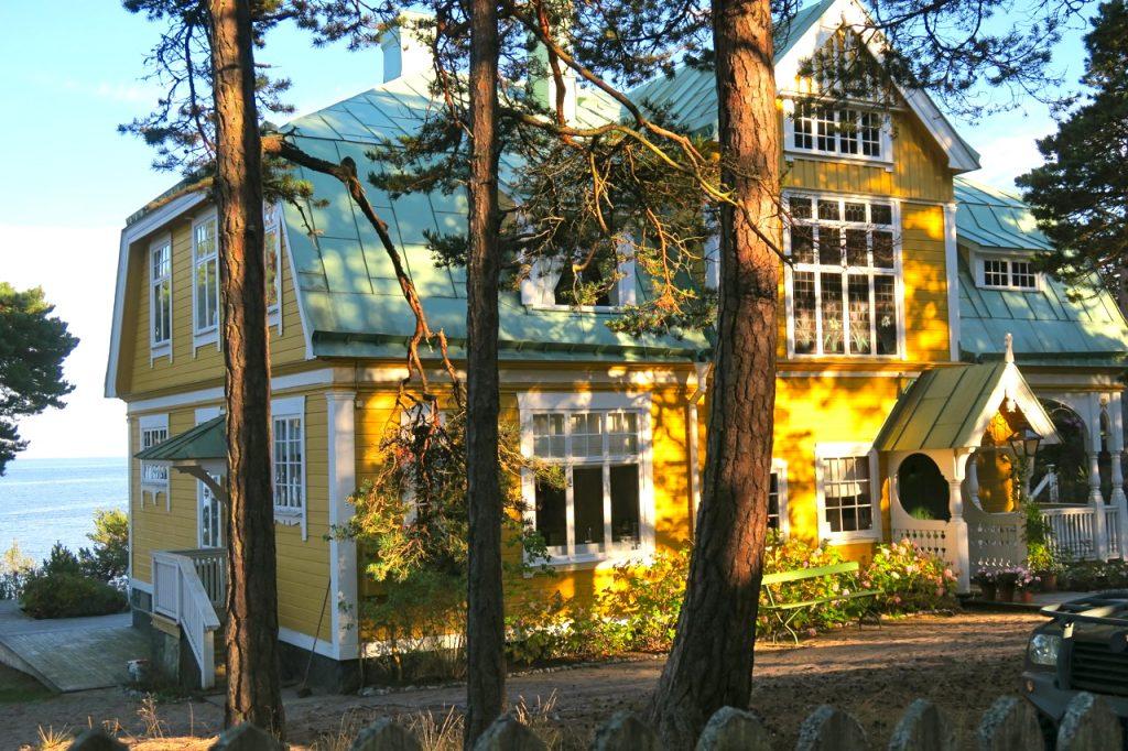 """Huset som är centralt för böckerna """"Morden i Sandhamn"""" ligger vackert på Sandön vid havet."""