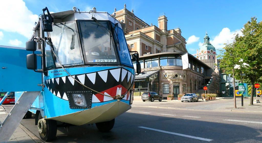 En amfibiebuss. En buss som blir båt .