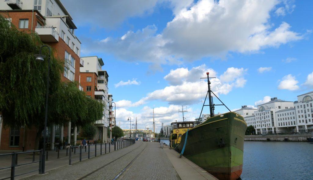 Hemma på kajen, Hammarbykajen där husbåtarna radar upp sig.