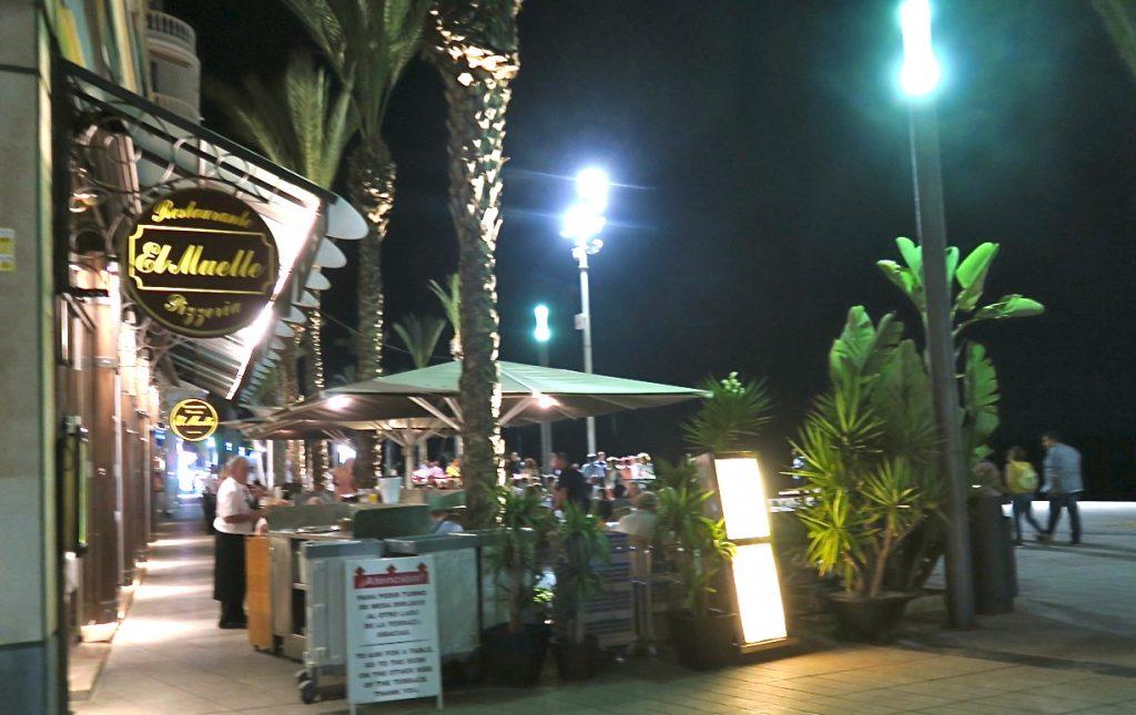 Upplysta skyltar på barer och restauranger lockar besökare.