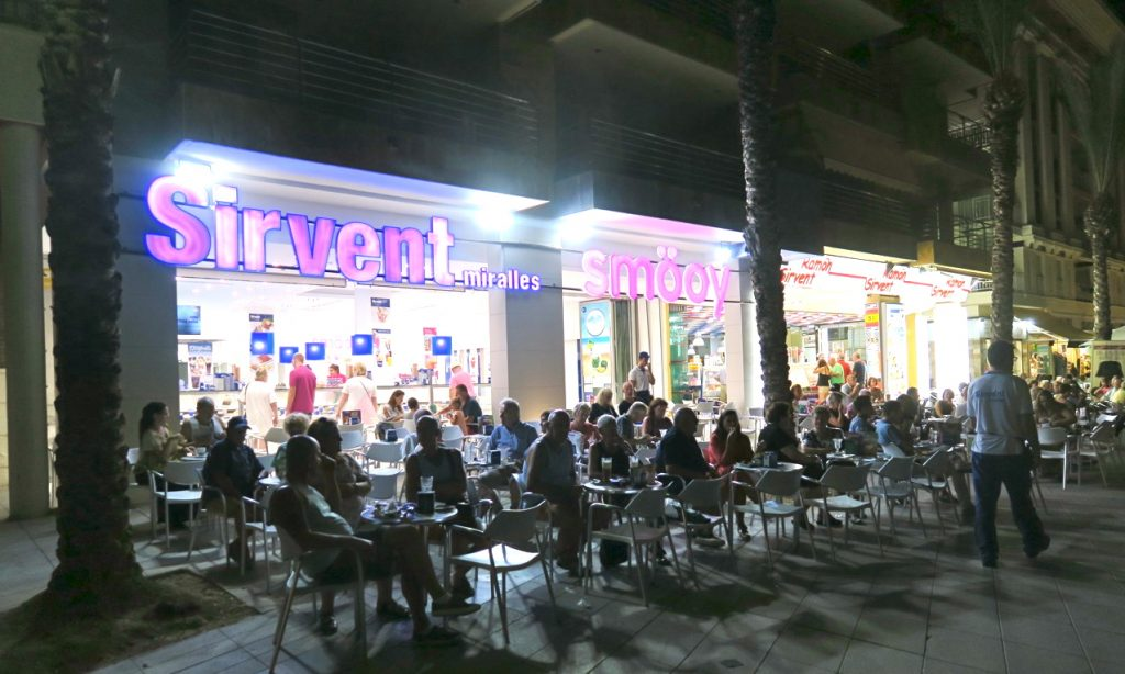Torrevieja ser helt annorlunda ut kvällstid med alla upplysta skyltar.