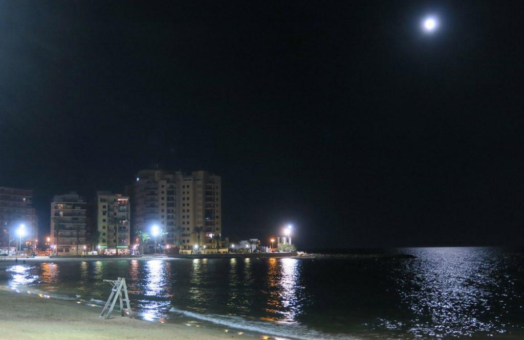 Beredd att fånga fullmånen vid havet i Totrrevieja