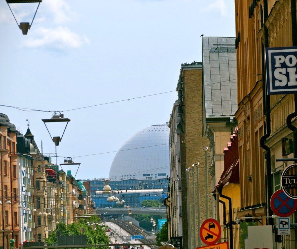 Götgatsbacken på Söder med en del nytt och en del gammalt. Globen i bakgrunden