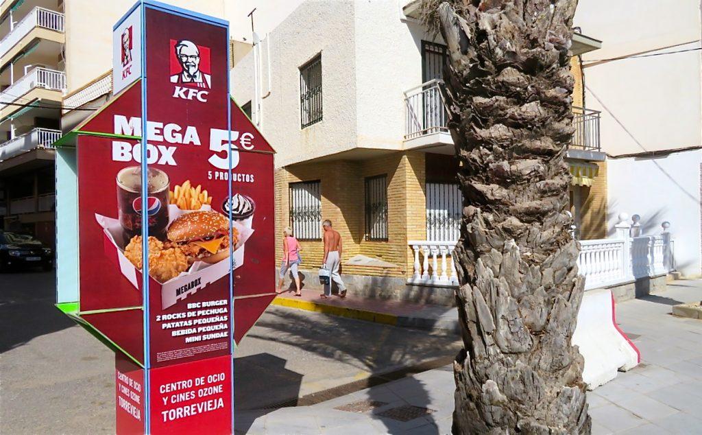 En dold telefonkiosk i Torrevieja är mer dold än tydig.