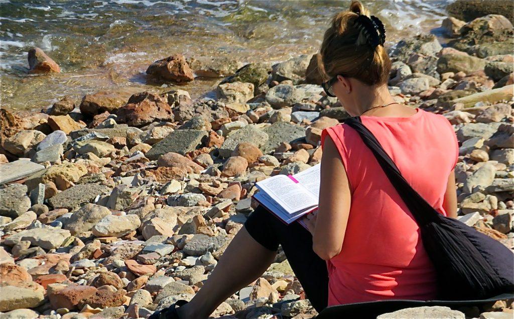 Går bra att sitta på stenstranden med ett blått hav framför sig.