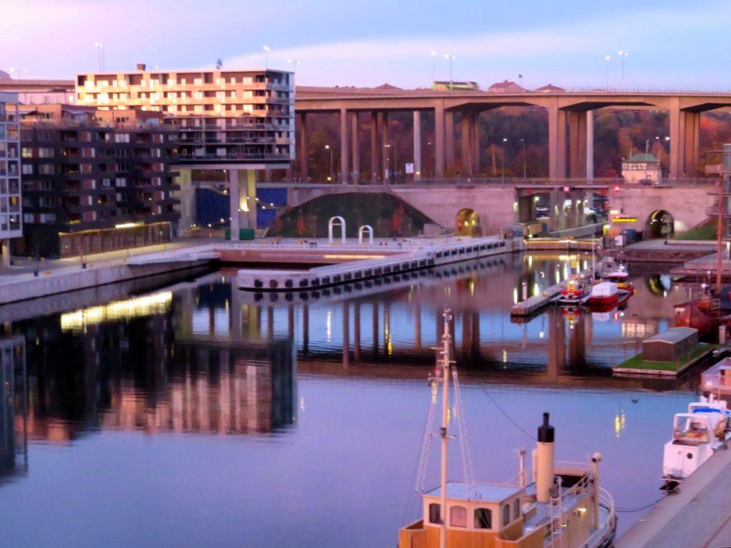 Vacker vy en tidig morgon mot Hammarbykanalen, Skansbron och Skanstullsbron.