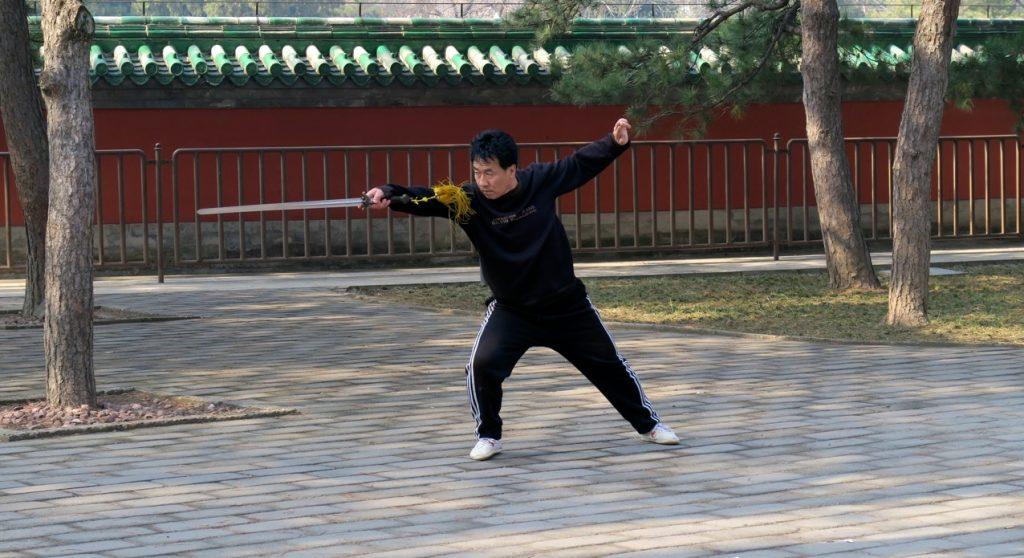 Vid tai chi med svärd är vikt, balans och koncentration viktigt.