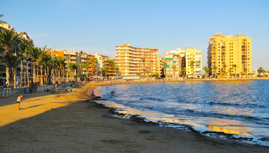 Playa del Cura är en av stränderna inne i Torevieja och alltid underhållande att se från sidan vad som händer.