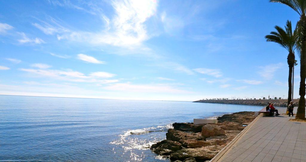 Även en helt oplanerad promenad tar oss oftast till havet. Här en liten del av strandpromenaden i Torrevieja.
