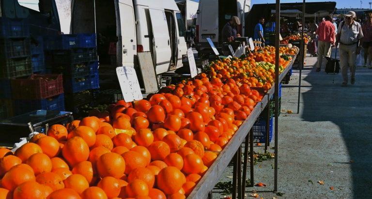 Apelsin. Ett kinesiskt äpple som är ett bär. Här på marknaden i Torrevieja. 63aad9a7cbd0b