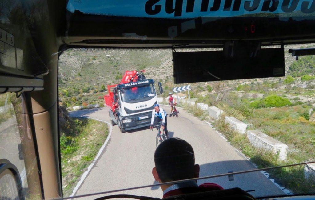 Lite segt både för cyklister och bilar att ta sig upp för de långa backarna.