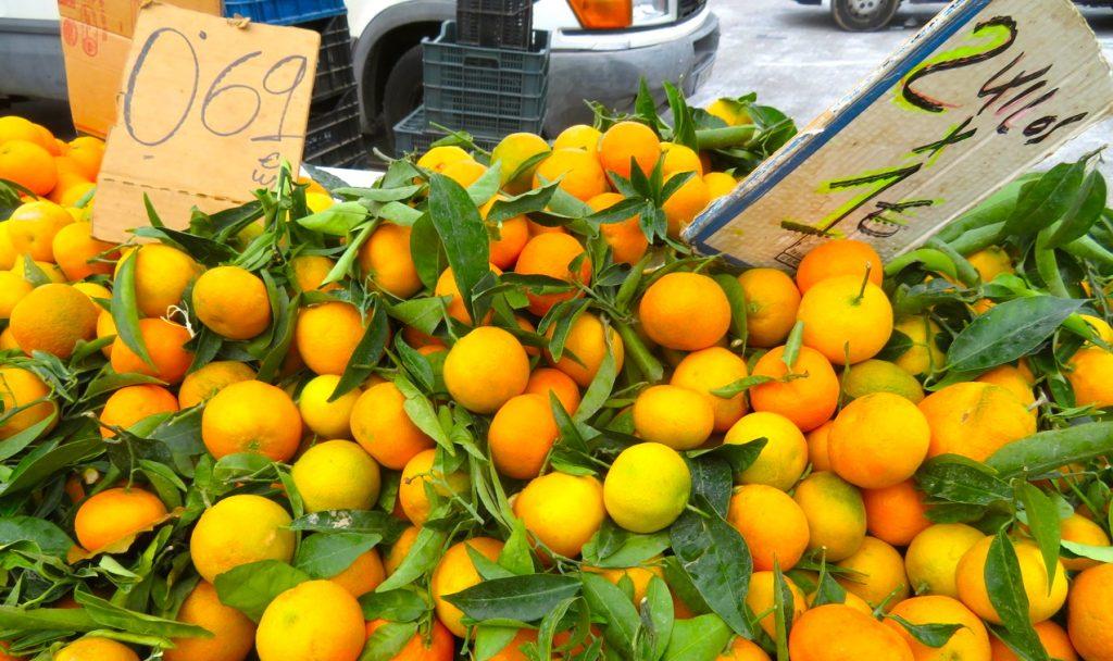 Skyltsöndag innebär att leta skyltar av skilda slag med väldigt fri tolkning. Här clementiner till salu i Torrevieja. Bra pris!
