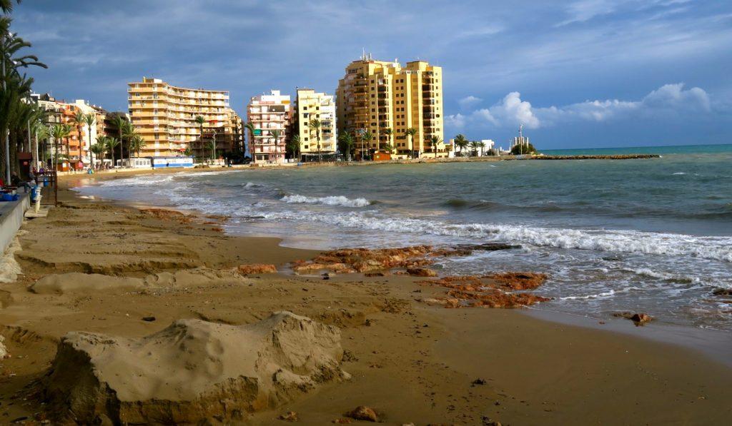 Här på Playa del Cura i Torrevieja hade söndagens stora regnmängder spolat bort stranden,