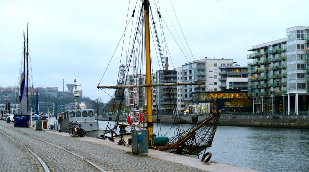 Många flyttbara husbåtar ligger längs kajen i Norra Hammarbyhamnen.