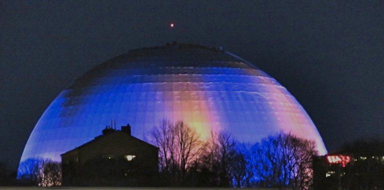 Globen, Eicssom Globe, är en arena byggd av glas, betong, stål och aluminium.