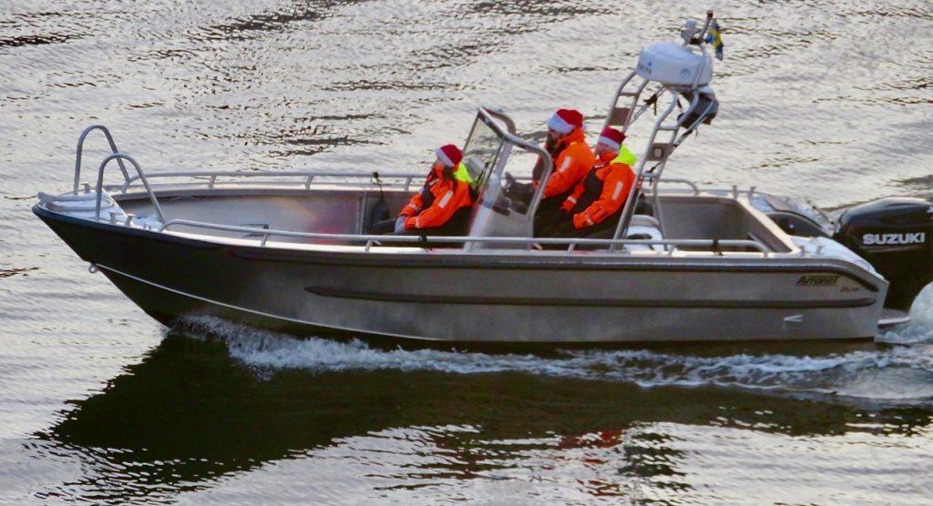 Jultomtarna i Hammarbykanalen valde en annan dag för sin resa.