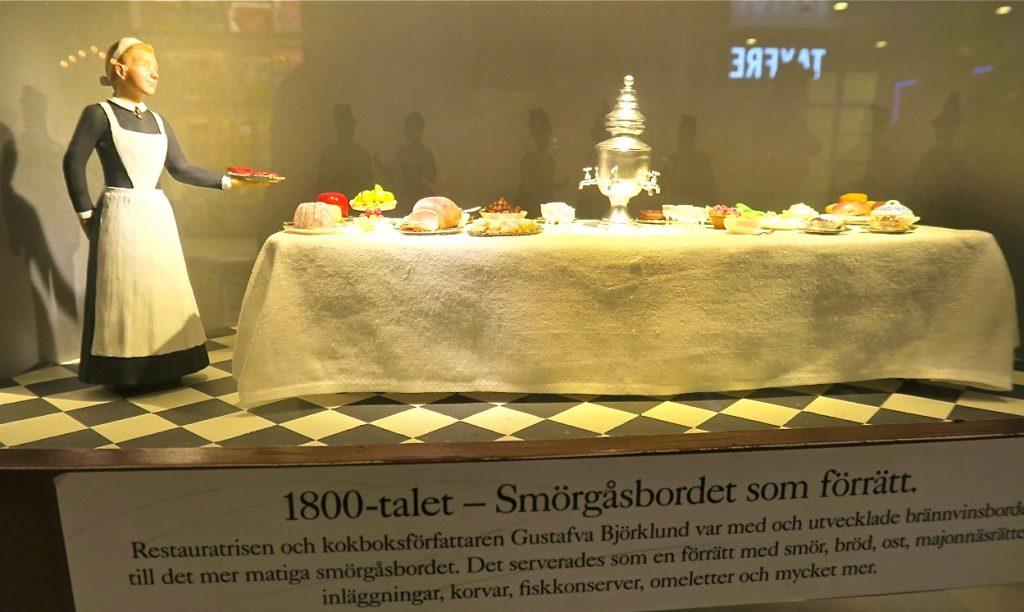 Mer mat och dryck. UNder 1800-talet serberades sömörgådbordet som förrätt.