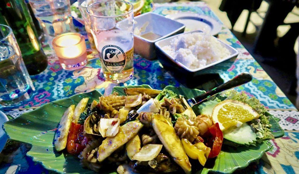 Uppiggande att både äta och se på var min wok med skaldjur, bläckfisk och grönsaker på restaurang Koh Phangangan