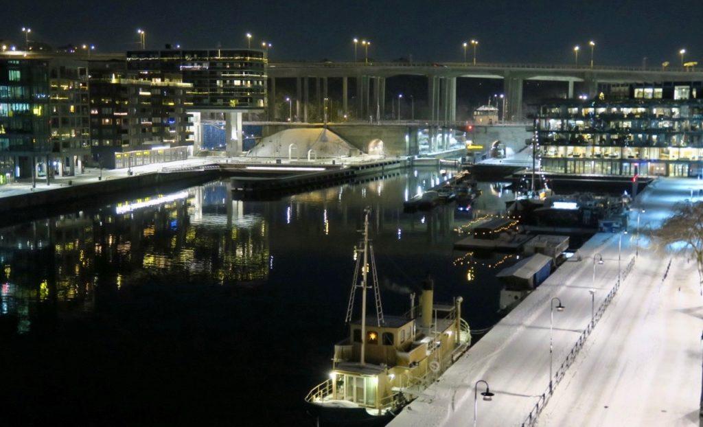 Båtar av olika varianter finns längs kajen i Norra Hammarbyhamnen