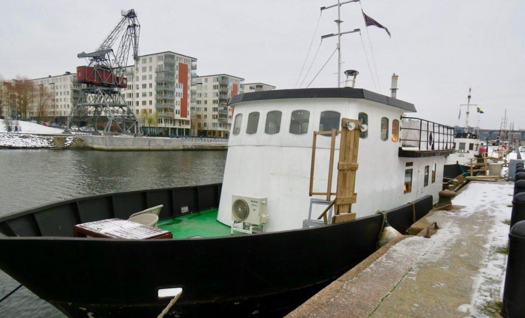 """Gott om olika båtar är det längs Hammarbykajen och alla med sin speciella historia.Här """"Crusco"""" - en båt i betong."""