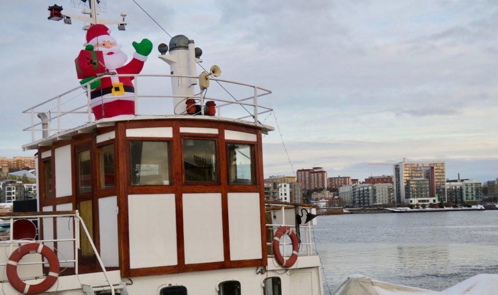 En och annan tomte finns det ute även fast julafton är förbi. Här vid Hammarbykanalen i Stockholm.
