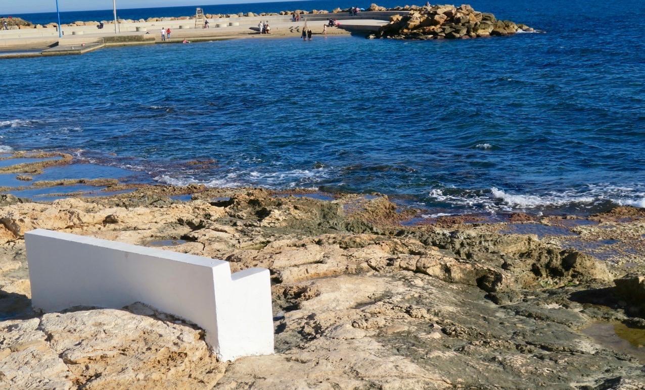 Många tankar kan tänkas på en bänk vid havet.
