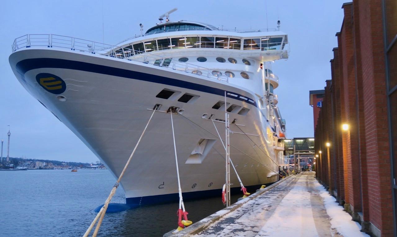Kryssningsfartyget Birka Paradise ligger vid Stadsgårdskajen i Stockholm och välkomnar sina passagerare.