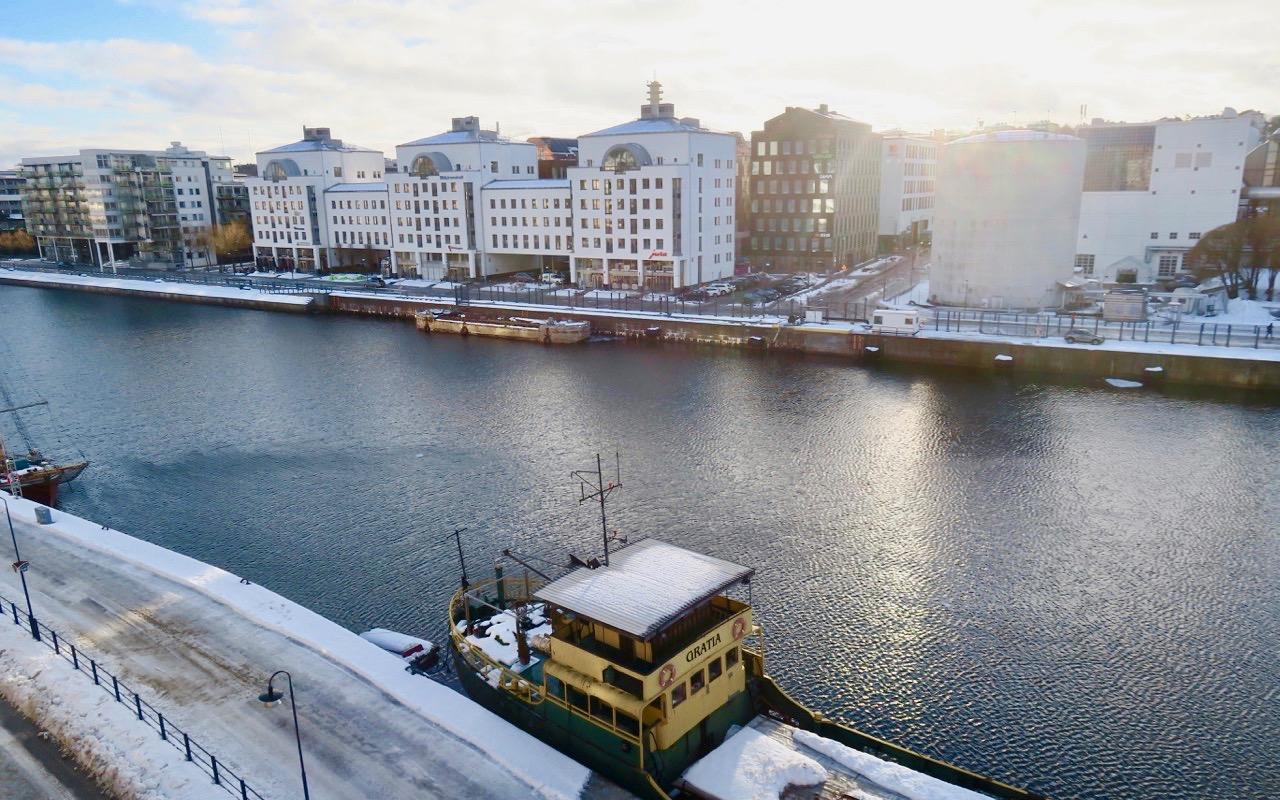 Jag gör ett test och skriver mitt öfrsta blogginlägg offline. Fin utsikt över Hammarbykanalen ger inspiration.